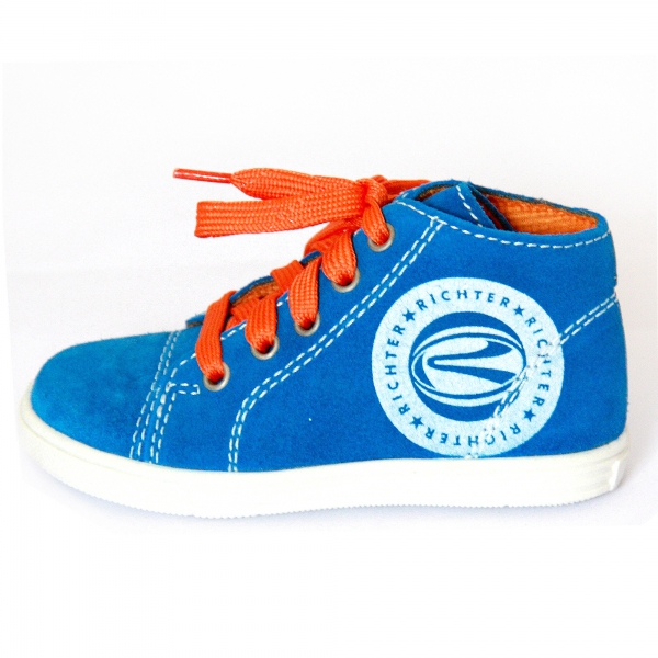 richter junge blau orange